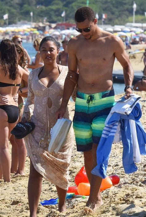 Stephen Curry shows off his toned body while going